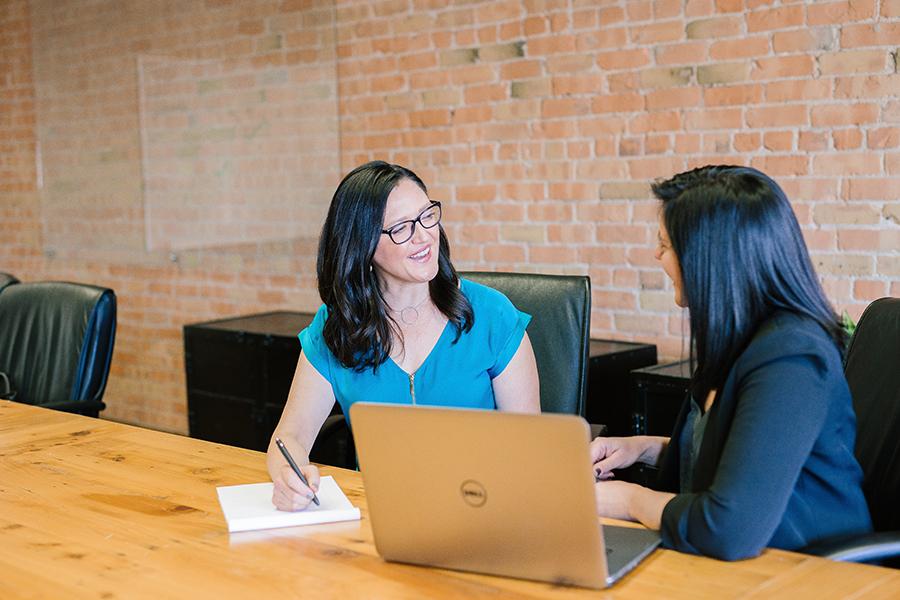 Devenez assistant ou assistante administrative : développez vos compétences en bureautique et comptabilité.
